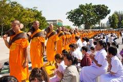 Pathum Thani, ΤΑΪΛΑΝΔΗ - τον Ιανουάριο του 2016: 1,131 μοναχοί από Wat Phra Στοκ Εικόνα