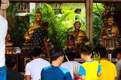 Pathum Thani, Таиланд, - могут, 10,2017: Тайские буддийские люди молят Стоковая Фотография RF