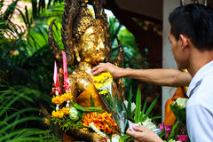 Pathum Thani, Таиланд, - могут, 10,2017: Тайские буддийские люди молят Стоковое фото RF