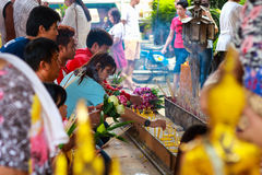 Pathum Thani, Таиланд, - могут, 10,2017: Тайские буддийские люди молят Стоковые Изображения RF
