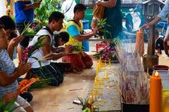 Pathum Thani, Таиланд, - могут, 10,2017: Тайские буддийские люди молят Стоковые Изображения