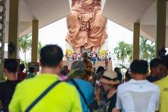 Pathum Thani, Таиланд, - могут, 10,2017: Тайские буддийские люди молят Стоковое Изображение