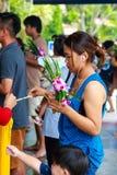 Pathum Thani, Таиланд, - могут, 10,2017: Тайские буддийские люди молят Стоковое Фото