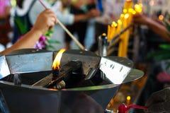 Pathum Thani, Таиланд, - могут, 10,2017: Тайские буддийские люди молят Стоковые Фото