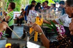 Pathum Thani, Tailandia, - possono, 10,2017: La gente buddista tailandese prega Immagini Stock Libere da Diritti