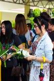 Pathum Thani, Tailandia, - pueden, 10,2017: La gente budista tailandesa ruega Imágenes de archivo libres de regalías