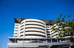 Pathum Thani, TAJLANDIA - parking samochodowego budynek na błękitnego nieba tle Obraz Royalty Free