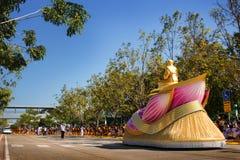 Pathum Thani, THAÏLANDE - janvier 2016 : Scrupture d'or de Phramongkolthepmuni sur son char de lotus et 1.131 moines de Wat Phra  Images libres de droits