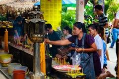 Pathum Thani, Thaïlande, - peuvent, 10,2017 : Les personnes bouddhistes thaïlandaises prient Images stock