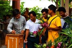 Pathum Thani, Thaïlande, - peuvent, 10,2017 : Les personnes bouddhistes thaïlandaises prient Images libres de droits