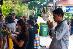 Pathum Thani, Thaïlande, - peuvent, 10,2017 : Les personnes bouddhistes thaïlandaises prient Image libre de droits