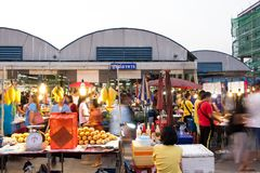 PATHUM THANI/Thailand - 2018年3月22日:许多人民是购物的f 库存图片