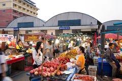 PATHUM THANI/Thailand - Mars 22, 2018: Många personer shoppar f Arkivfoto