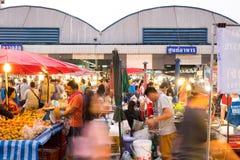 PATHUM THANI/Thailand - Mars 22, 2018: Många personer shoppar f Royaltyfria Bilder