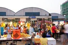 PATHUM THANI/Thailand - Mars 22, 2018: Många personer shoppar f Arkivbilder