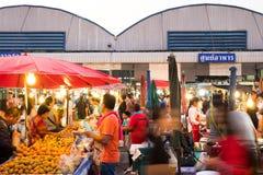 PATHUM THANI/Thailand - Mars 22, 2018: Många personer shoppar f Royaltyfri Bild