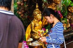 Pathum Thani, Thailand, -, May 10,2017: Det thailändska buddistiska folket ber Fotografering för Bildbyråer