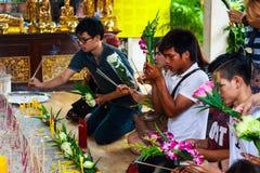 Pathum Thani, Thailand, -, May 10,2017: Det thailändska buddistiska folket ber Royaltyfria Foton