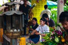 Pathum Thani, Thailand, -, May 10,2017: Det thailändska buddistiska folket ber Royaltyfria Bilder