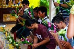Pathum Thani, Thailand, -, May 10,2017: Det thailändska buddistiska folket ber Arkivbild