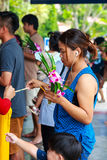 Pathum Thani, Thailand, -, May 10,2017: Det thailändska buddistiska folket ber Arkivfoto