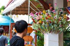 Pathum Thani, Thailand, -, May 10,2017: Thailändsk buddistisk folkmeri Arkivfoton