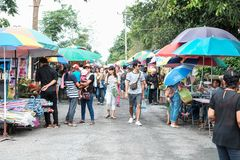 Pathumthani,泰国- 2017年7月18日:购物在lo的人们 库存照片