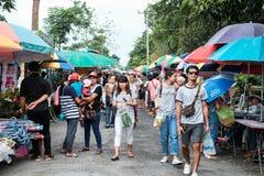 Pathumthani Thailand - 18 Juli 2017: Turister som shoppar på Arkivbilder
