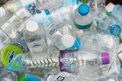 Pathumthani Thailand - 2014: Klar plast- flasklögn i ett fack Royaltyfri Bild