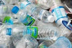 Pathumthani, Thailand - 2014: Klare Plastikflaschenlüge in einem Behälter Stockfotografie