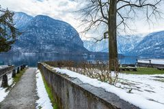 Pathway to the Hallstat lake on a late winter to early spring da Royalty Free Stock Photography