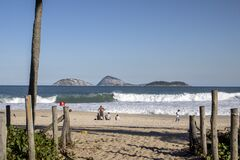 Free Pathway To Reopened Ipanema Beach With Islands And Large Waves Behind People On The Beach Stock Images - 189821254