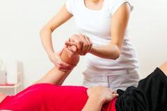 Patiënt bij de fysiotherapie die fysieke therapie doen Stock Foto