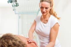 Patiënt bij de fysiotherapie - massage Stock Foto