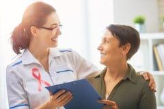 Patiënt die aan arts luisteren Royalty-vrije Stock Foto's