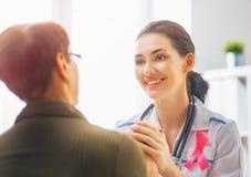 Patiënt die aan arts luisteren Royalty-vrije Stock Afbeeldingen