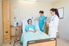 Patiënt die Arts Writing Notes While bekijken stock foto