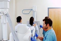Patiënt die borströntgenstraal hebben Royalty-vrije Stock Fotografie