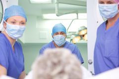 Patiënt die in chirurgie gaat Royalty-vrije Stock Afbeeldingen