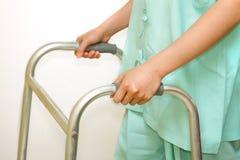 Patiënt die een leurder gebruiken, die hulp voor opleiding lopen Stock Foto