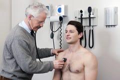 Patiënt die een Medische Controle ondergaat Stock Foto