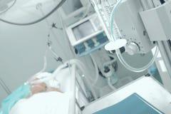 Patiënt die mechanische ventilatie in het ziekenhuis ontvangen stock foto's