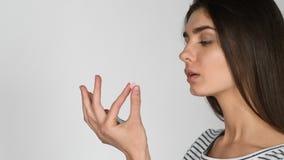 Patiënt die medicijn weigeren te gebruiken Slechte bijwerkingen van tabletten Het vrouwenhandvol van pillendaling neemt pillen stock video