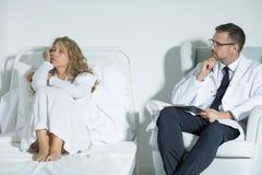 Patiënt die met een psychiater spreken stock fotografie