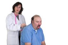 Patiënt die slecht in Examine hoesten Stock Foto's
