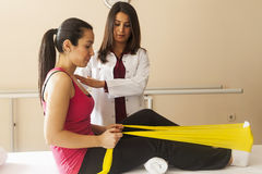 Patiënt die sommige speciale oefeningen doen Royalty-vrije Stock Foto