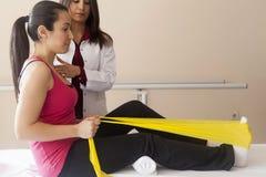 Patiënt die sommige speciale oefeningen doen Royalty-vrije Stock Afbeelding