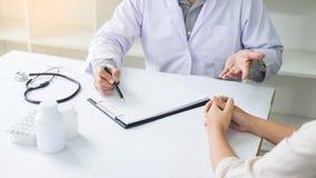 patiënt die vastbesloten aan een mannelijke arts luisteren die geduldig s verklaren royalty-vrije stock foto's