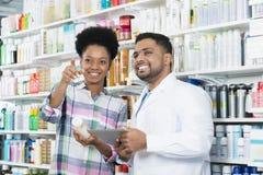 Patiënt die weg terwijl Status door Chemicus richten royalty-vrije stock foto