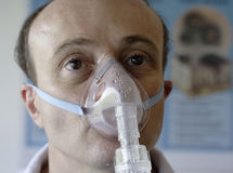 Patiënt in een zuurstofmasker Royalty-vrije Stock Fotografie